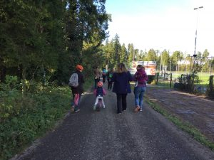Spaziergang mit Tragetuch und Tragehilfe