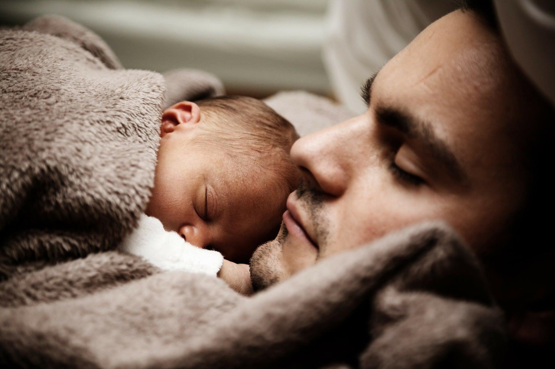 Papa und Baby gemeinsames Schlafen